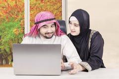 Couples Arabes ayant l'amusement à la maison Photo stock