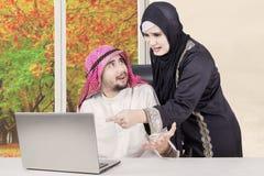 Couples Arabes ayant le conflit à la maison Images libres de droits