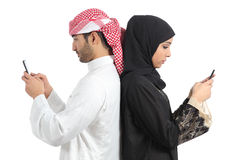 Couples arabes dépendants au téléphone intelligent photos libres de droits