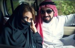Couples Arabes dans le véhicule près de la maison Photos stock