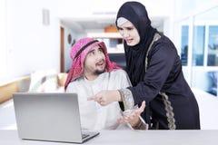 Couples Arabes discutant dans le salon Image stock