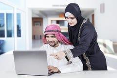 Couples Arabes fonctionnant à la maison Photos stock