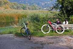 Couples, arrived with bicycles, spend a peaceful afternoo royalty free stock images