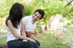 Couples asiatiques à côté d'un lac Images stock