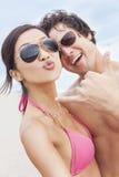 Couples asiatiques à la plage prenant la photographie de Selfie Photos stock