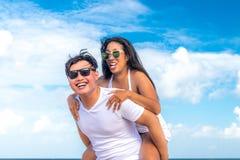 Couples asiatiques ayant l'amusement sur la plage de l'île tropicale de Bali, Indonésie Photos libres de droits