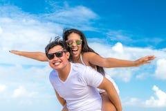 Couples asiatiques ayant l'amusement sur la plage de l'île tropicale de Bali, Indonésie Photo stock