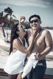Couples asiatiques ayant l'amusement sur la plage de l'île tropicale de Bali, Indonésie Photo libre de droits