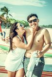 Couples asiatiques ayant l'amusement sur la plage de l'île tropicale de Bali, Indonésie Image libre de droits