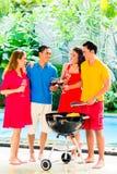 Couples asiatiques ayant le barbecue et buvant du vin Images stock