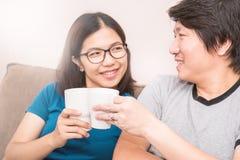 Couples asiatiques buvant une tasse de café Image stock