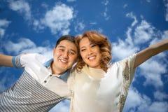 Couples asiatiques contre le ciel Images stock