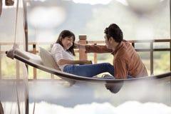 Couples asiatiques détendant le temps de vacances sur le berceau photos libres de droits