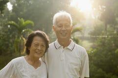 Couples asiatiques d'aînés au parc Image stock