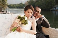 Couples asiatiques de mariage dans l'emplacement tropical Photographie stock libre de droits