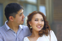 Couples asiatiques de sourire envisageant ensemble l'avenir Photographie stock libre de droits