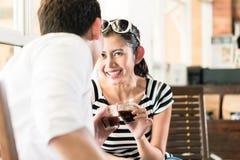 Couples asiatiques en café flirtant tout en buvant du café Photographie stock libre de droits