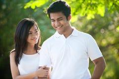 Couples asiatiques en stationnement Photographie stock libre de droits