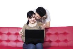Couples asiatiques faisant des emplettes en ligne Image stock