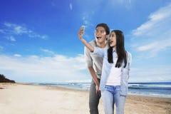 Couples asiatiques faisant le selfie avec le téléphone portable Photo stock