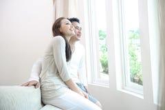Couples asiatiques heureux images stock