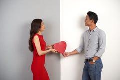 Couples asiatiques joyeux dans l'amour Photographie stock libre de droits