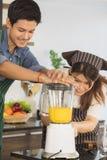 Couples asiatiques ? la pi?ce de cuisine photo libre de droits