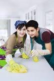 Couples asiatiques nettoyant la nouvelle maison Images stock