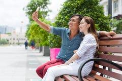 Couples asiatiques prenant la photo de portrait de selfie Images libres de droits