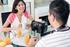 Couples asiatiques prenant le petit déjeuner Photos stock