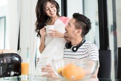 Couples asiatiques prenant le petit déjeuner avec du pain grillé et le café Photo libre de droits