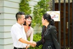 Couples asiatiques recherchant les immobiliers Images libres de droits