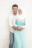 couples asiatiques romantiques sur le fond blanc de mur Images stock