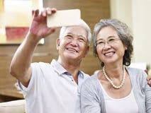 Couples asiatiques supérieurs prenant un selfie Photographie stock