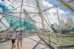 Couples asiatiques sur le pont d'hélice en Marina Bay, Singapour Image stock