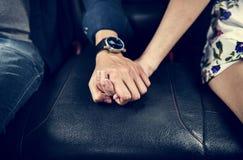 Couples asiatiques tenant des mains dans la voiture Photos stock