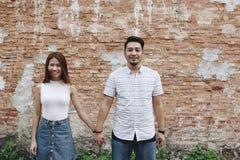 Couples asiatiques tenant des mains ensemble image stock