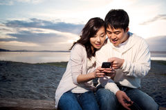 Couples asiatiques texting Photos stock