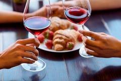 Couples assez affectueux célébrant l'anniversaire dans le restaurant Images libres de droits