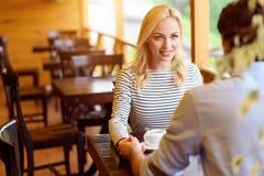 Couples assez affectueux se reposant dans le cafétéria Photo libre de droits