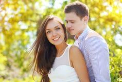 Couples assez jeunes dans l'amour dehors en été ensoleillé Image libre de droits