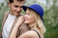 Couples assez jeunes s'étreignant Photos stock