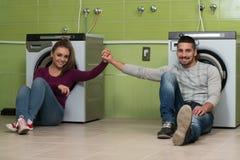 Couples attendant le lavage Images stock