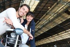 Couples attendant un train Photo stock