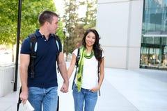 Couples attrayants à la bibliothèque d'école Images libres de droits