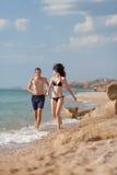Couples attrayants à la mer Photographie stock libre de droits