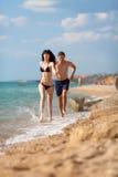 Couples attrayants à la mer Photo libre de droits