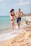 Couples attrayants à la mer Photos stock