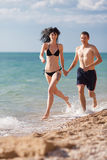 Couples attrayants à la mer Photo stock
