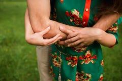 Couples attrayants étreignant en parc Photos stock